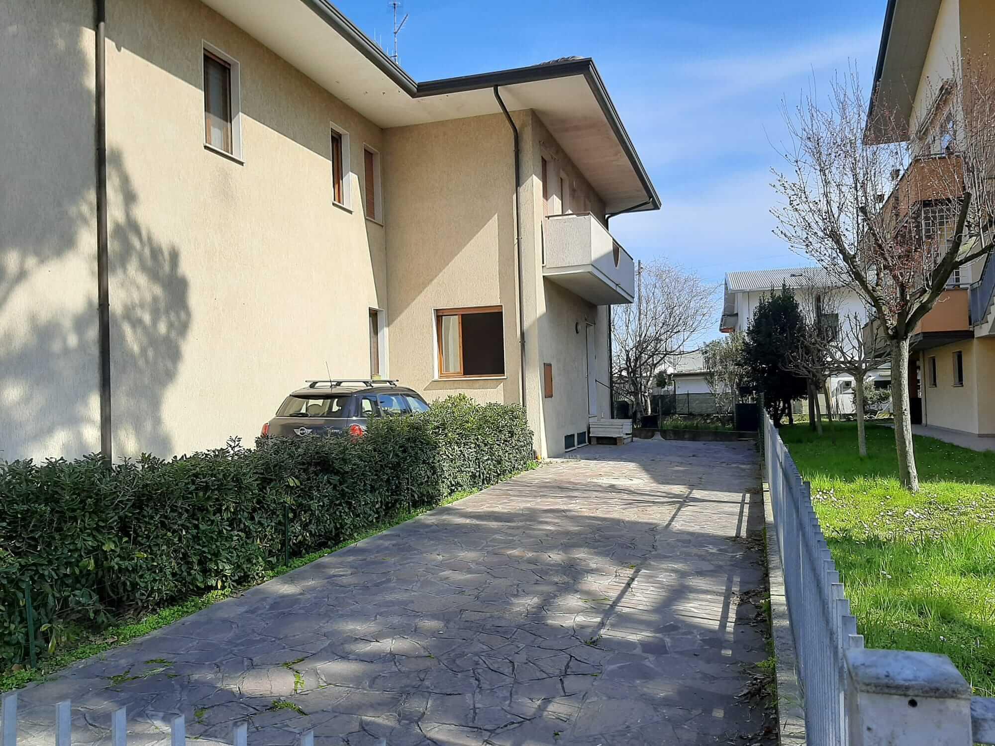 Villetta Angolarecon Garage E Taverna